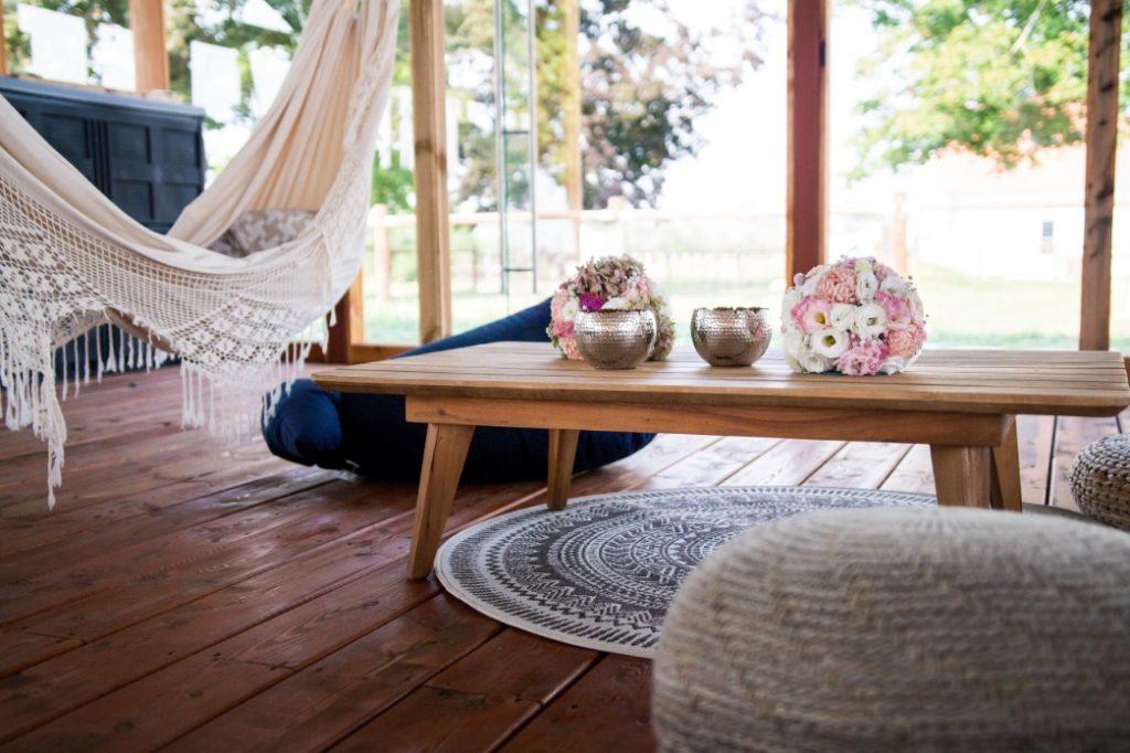 bequemer Tisch im Zelt