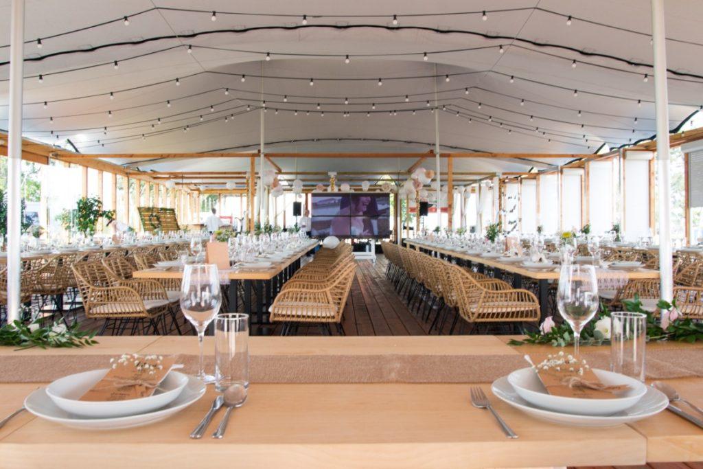 Hochzeitszelt vorbereitet und Blick von innen