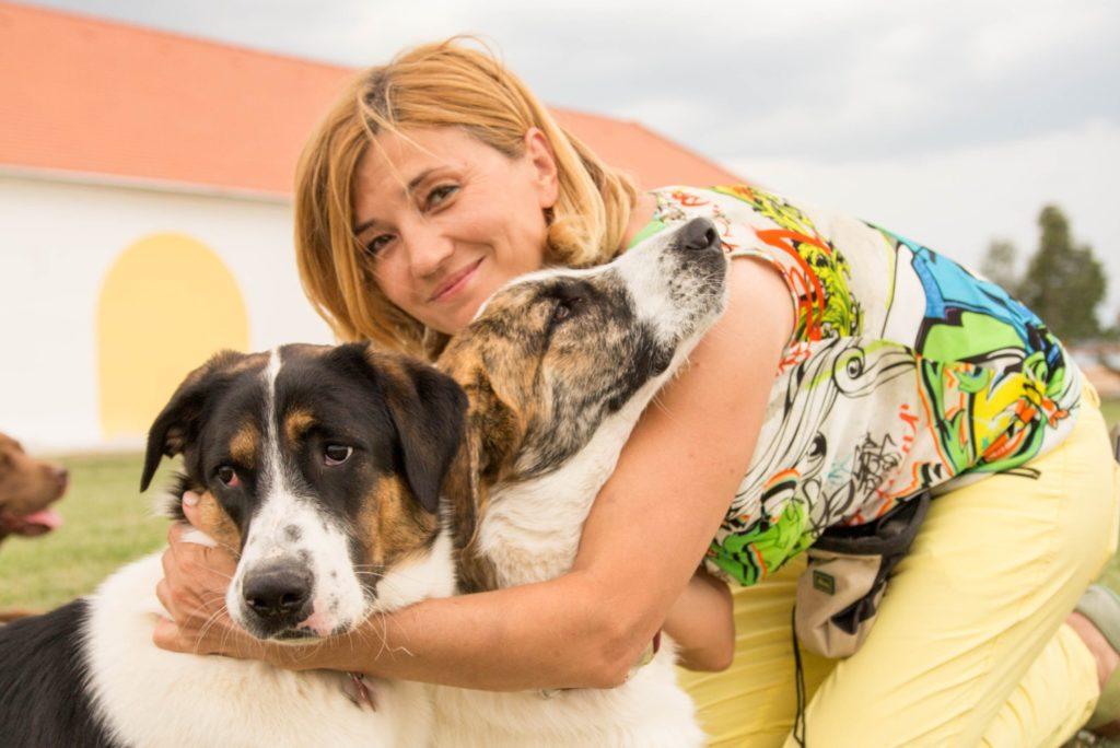 Frau umarmt Hunde