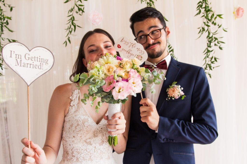 Hochzeitspaar mit lustiger Pose