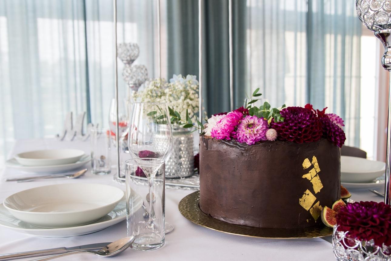 Hochzeitstorte am gedeckten Tisch